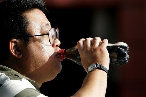 hombre-bebiendo-refresco