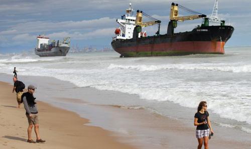 Grandes barcos encallados en la playa de El Saler
