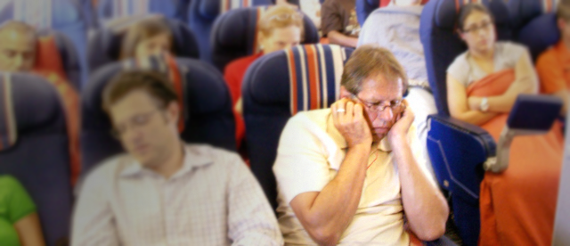 Por qué se tapan los oídos en el avión